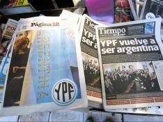 """Clarín publica esta foto, en su web, con el siguiente epígrafe: """"Impacto de la noticia de expropiación de YPF en los periódicos de tirada nacional Tiempo Argentino y Página 12. (EFE)""""."""