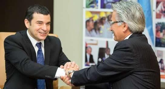 Miguel Galuccio (YPF) y Ali Moshiri (Chevron) celebran en Huston el acuerdo por Vaca Muerta. Foto: YPF.