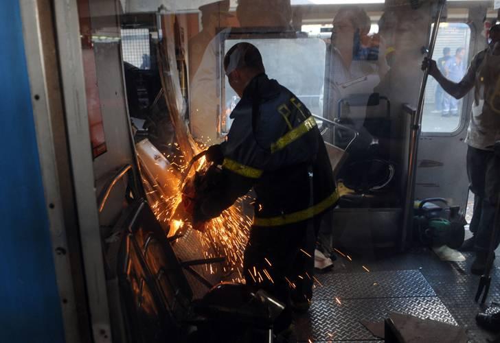 Policía Federal tratando de salvar a los heridos en la tragedia de Once. Foto: Télam.